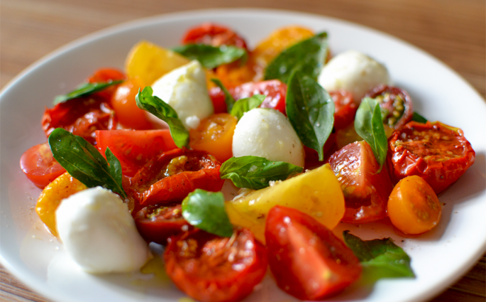 Salade tomates fraîches et rôties – mozzarella