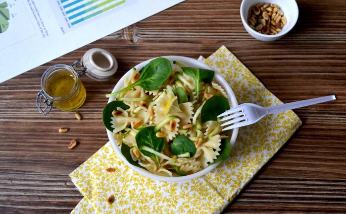 Salade de farfalle aux courgettes, pousses d'épinards et pignons