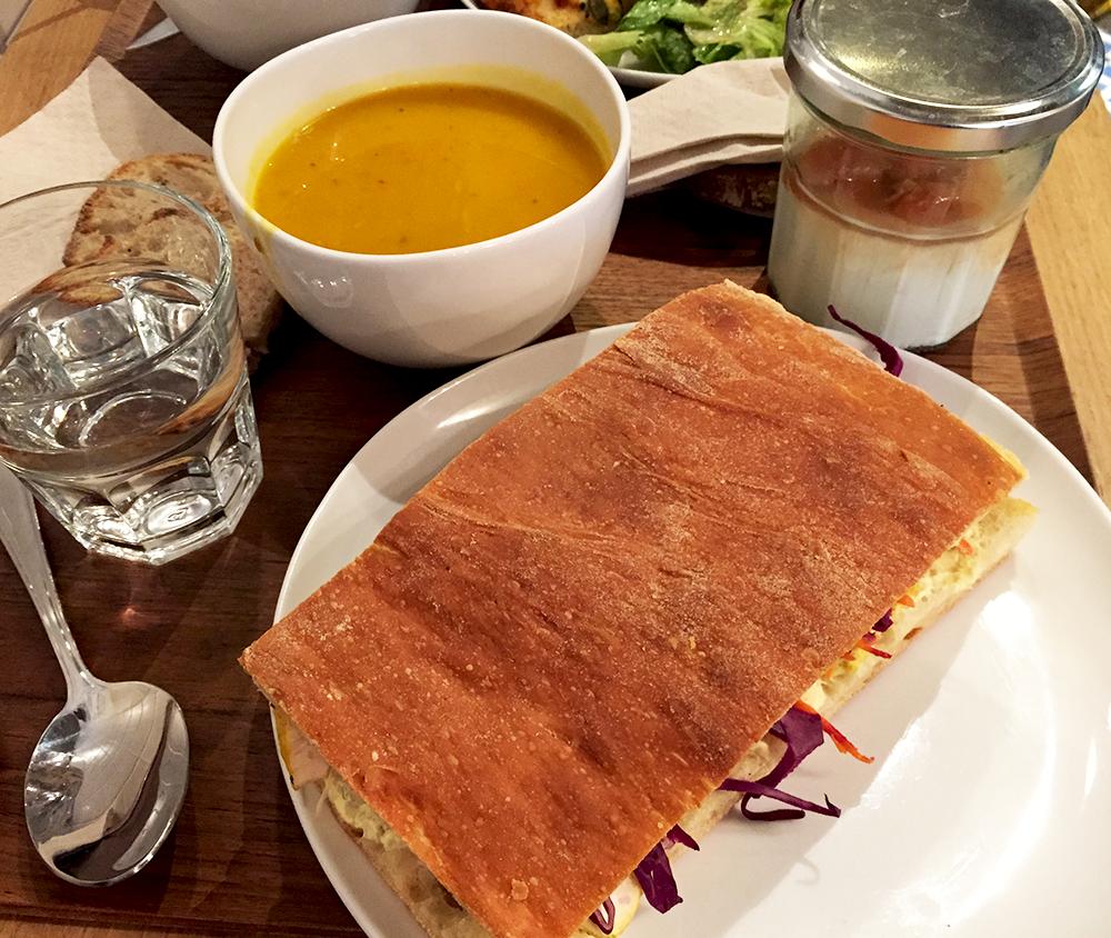 Focaccia, soupe et yaourt maison - Restaurant Mûre © Tendance Food