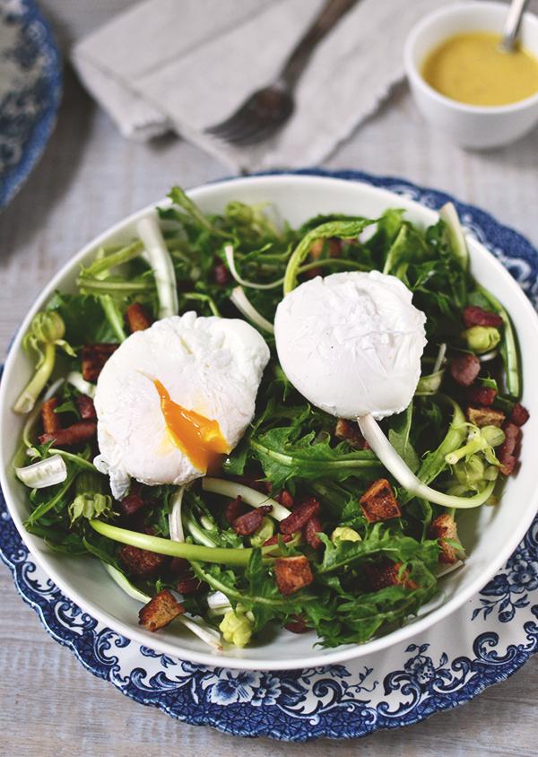 Salade de pissenlits, œufs pochés et vinaigrette à l'ancienne  ©TendanceFood.com