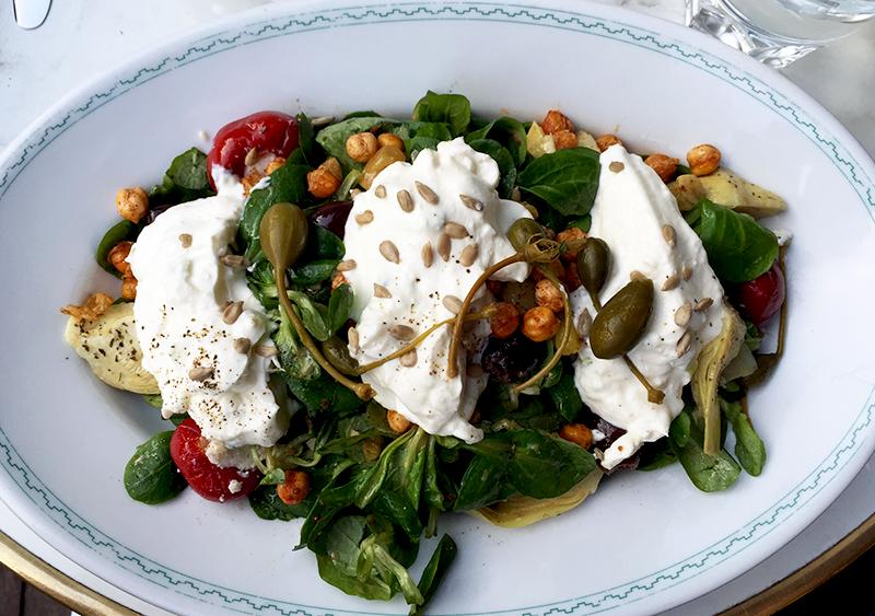 Salade de mâche, faisselle de chèvre - Brasserie Barbès ©TendanceFood.com