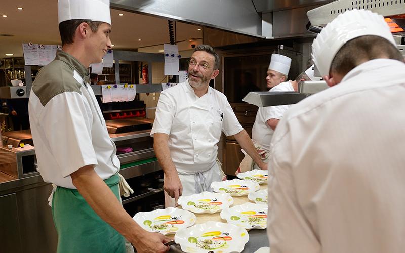 Le Chef Sébastien Bras en cuisine ©C. BOUSQUET